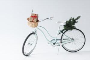 Cykel med gave og juletræ
