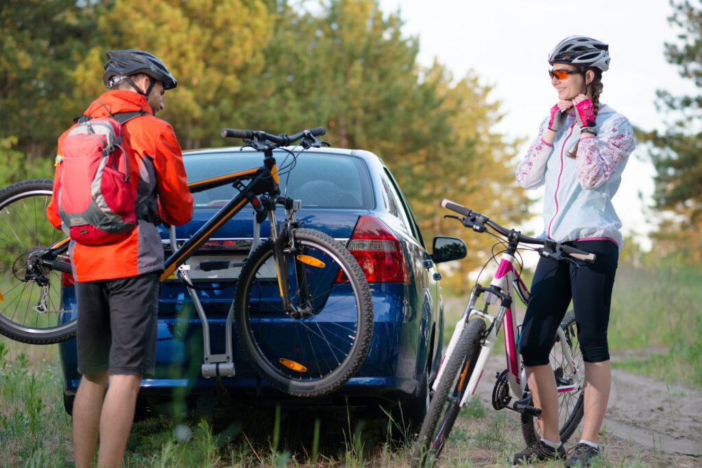 Par på mountainbikes