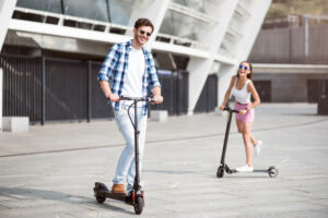 Mand og kvinde på el løbehjul